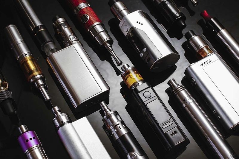Vários tipos de cigarros eletronicos e vapes