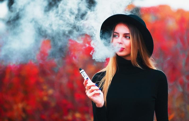 Mulher usando cigarro eletrônico