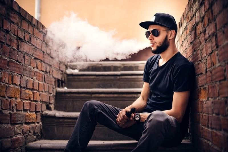 jovem fumando vape - cigarro eletrônico