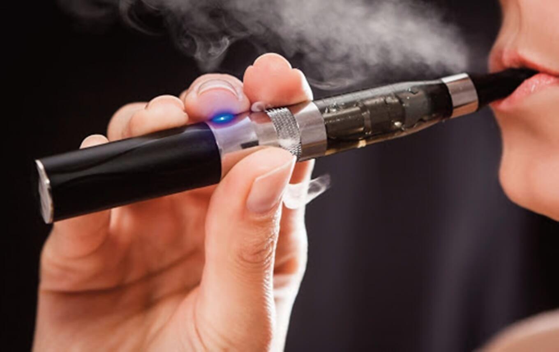 Pessoa utilizando cigarro eletrônico após conferir as dicas de onde comprar