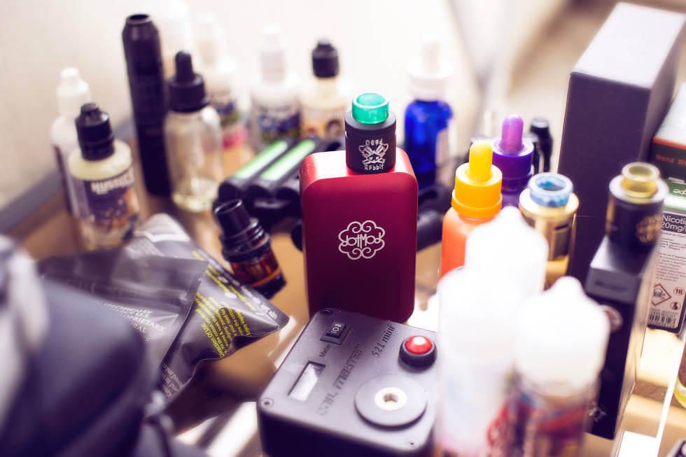 Juices e aparelho MOD ou POD System sobre a mesa