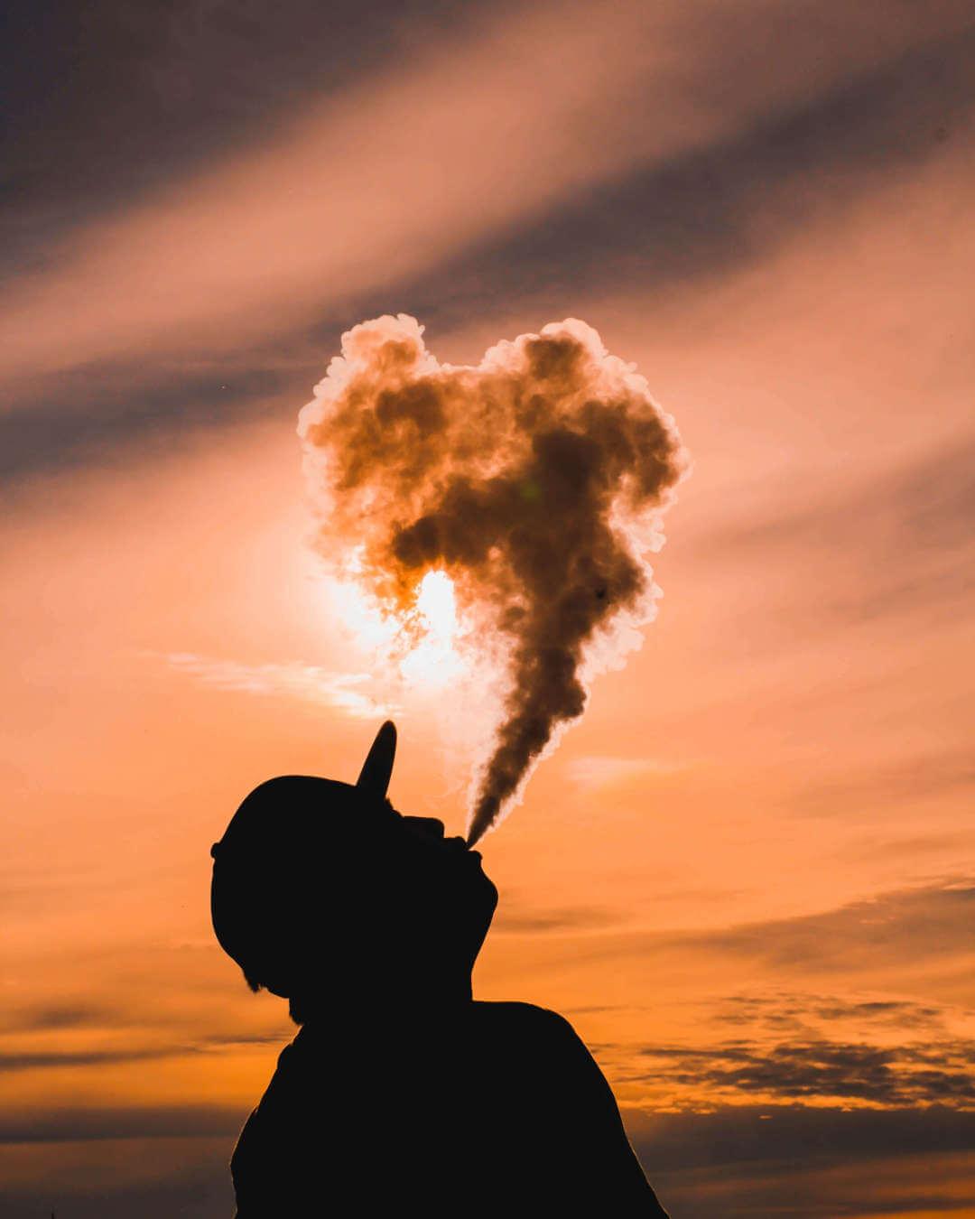 Pessoa utilizando um tipo de tragada que produz muito vapor