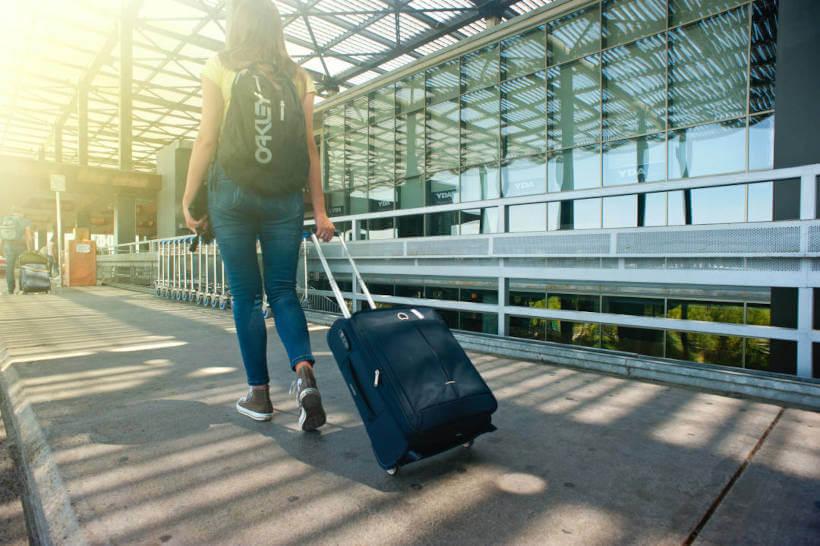 Jovem indo viajar levando seu cigarro eletrônico em avião