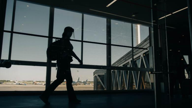 Pessoa no aeroporto carregando suas coisas tranquilamente após saber se é permitido voar com ervas ou cartuchos de vapor