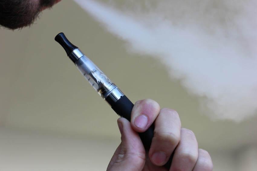 Pessoa com um Pen Vape no qual usa-se juices do tipo freebase