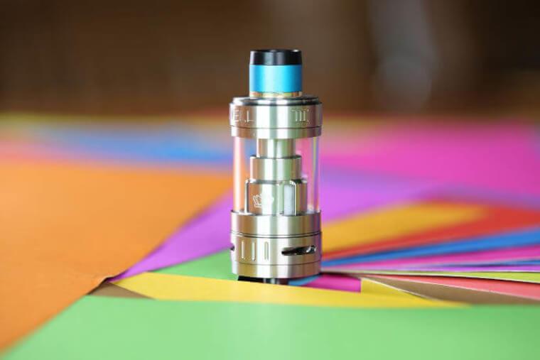 Atomizador sobre uma superfície colorida