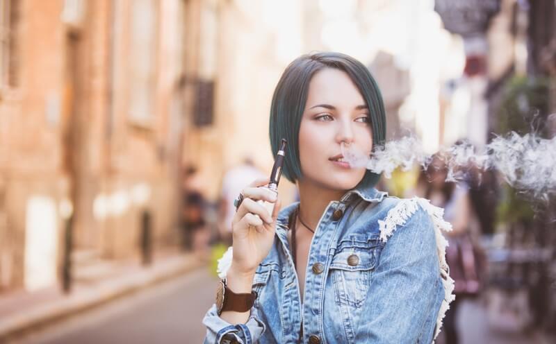 Mulher utilizando vape sem nicotina