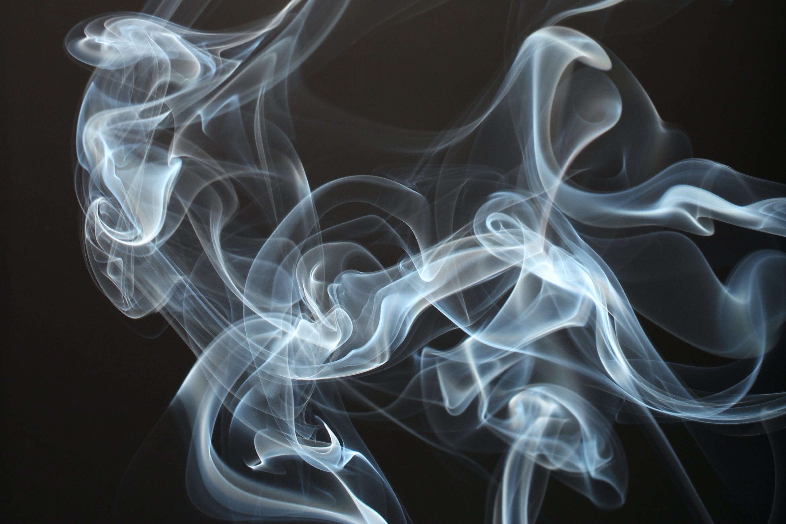 A nuvem de fumaça do vape deixa cheiro