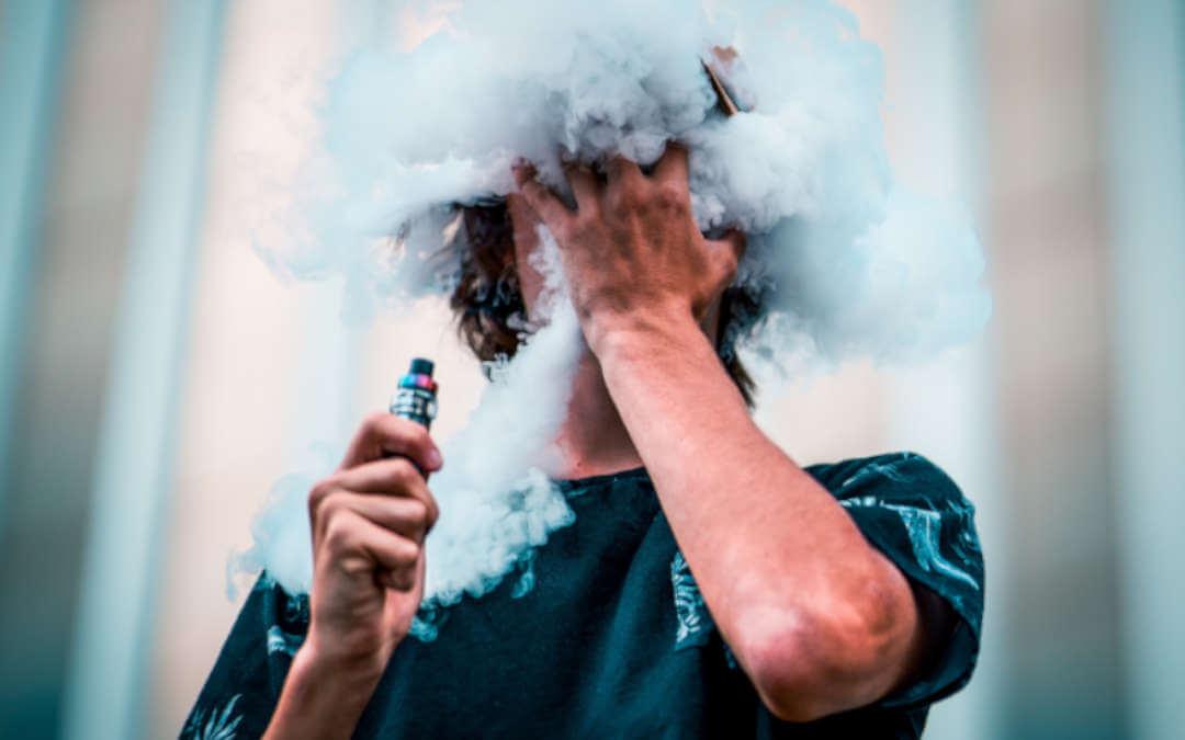 Pessoa fazendo um dos varios truques com fumaça
